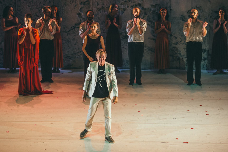 """Žiūrovų plojimai V.Konstantinovui – šokio spektaklio """"Graikas Zorba"""" chormeisteriui. KVMT nuotr. (1200x798).png"""