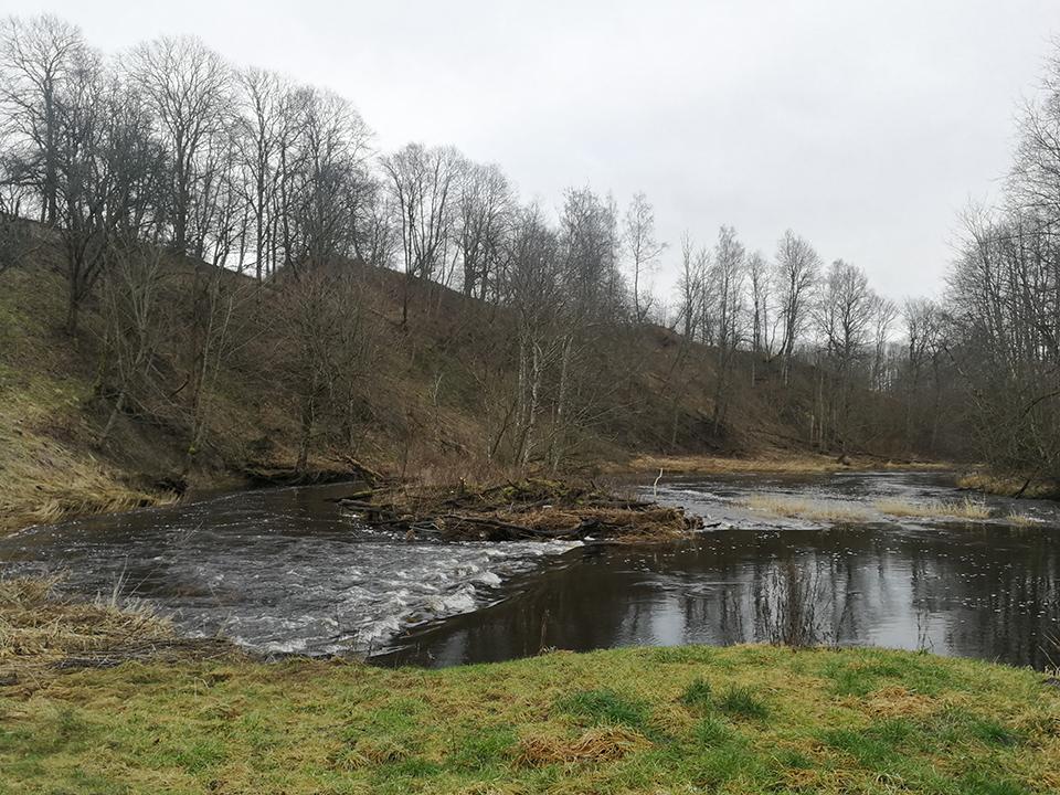4 juros upė ardanti piliakalnio slaita.jpg
