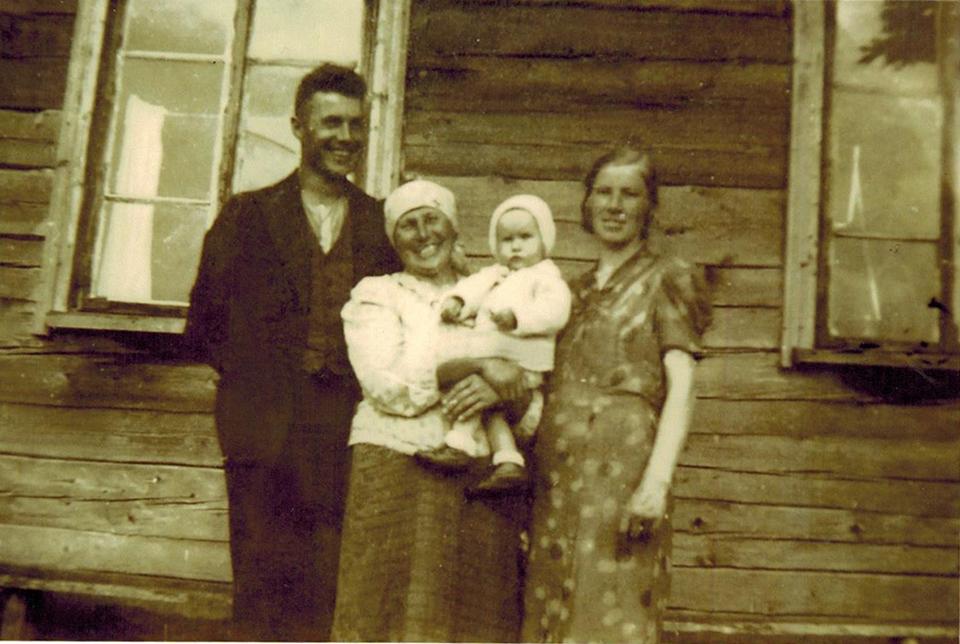 Kazimieras Lebrikas su žmona Sofija , mama Rozalija  ir su suneliu.jpeg