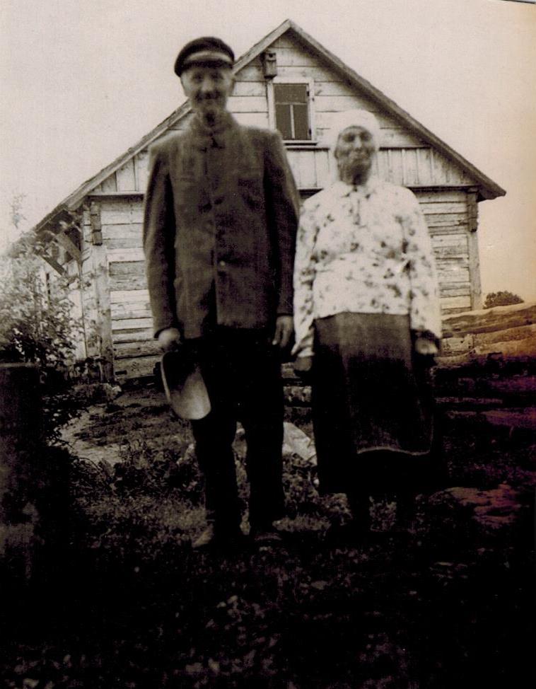 NR2 Stanislovas Lebrikas Rozalija Lebrikienė prie savo namų.jpeg