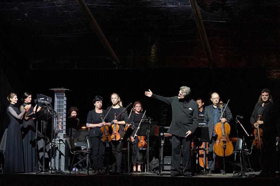 T.Ambrozaitis, solistės ir KVMT orkestro styginių grupė. M.Aleksos nuotr (1200x798).jpg