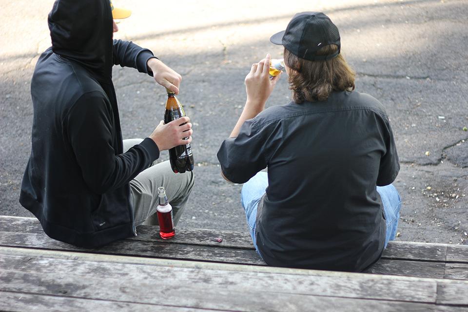 """Nuo ankstyvo amžiaus pradedamas ir ilgus metus trunkantis alkoholio vartojimas lemia rimtas sveikatos problemas. Nuotrauka iš """"Santarvės"""" redakcijos archyvo"""