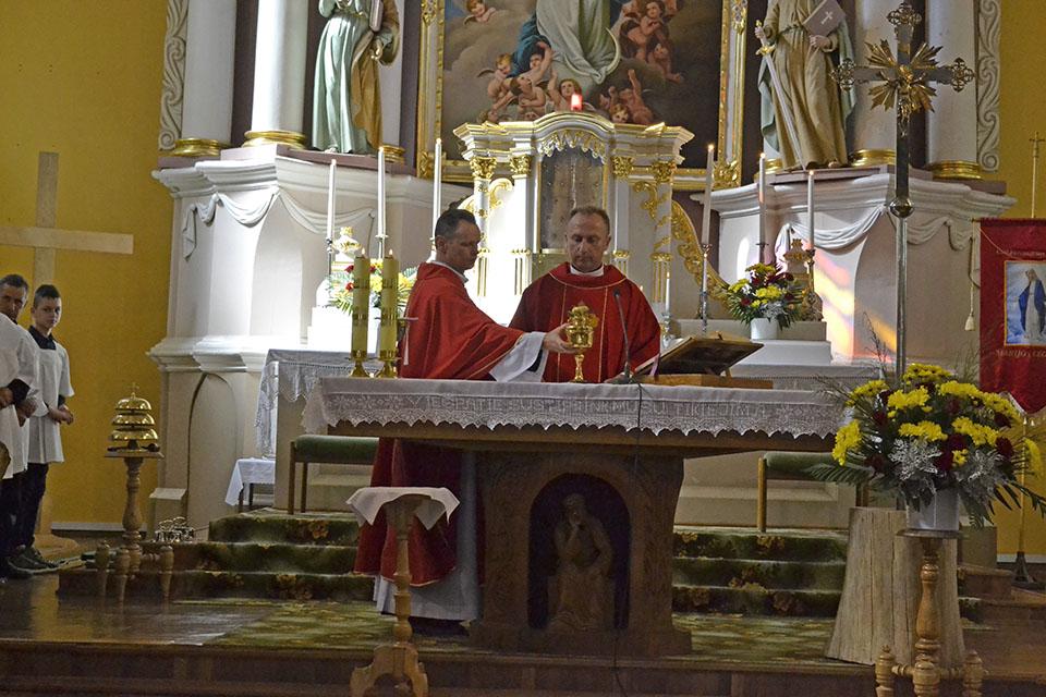 Kun._Vilius_ViktoravicYYius_ir_kun._Edgaras_PetkevicYYius_ruosYYiasi_aukojimo_liturgijai.jpg